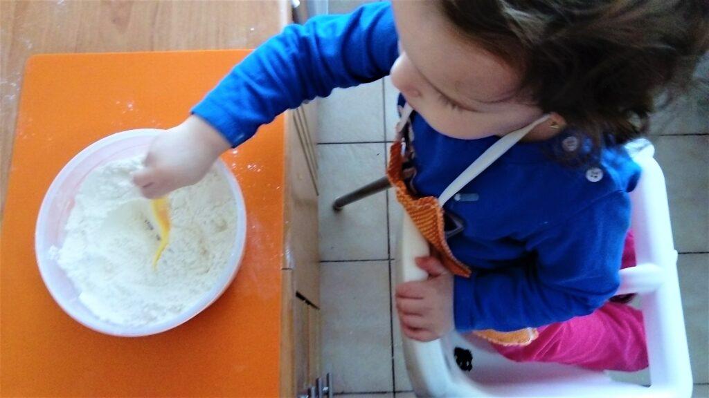 Miešanie múky s vanilkovým cukrom ide najlepšie rukou